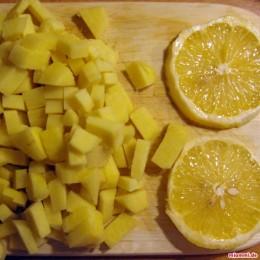 Als nächstes die Zitrone in Scheiben schneiden (evtl. vorher schälen).