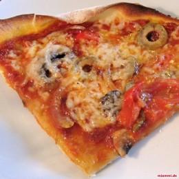 Dann den gezupften Mozarella, die Salami, die Pepperoni und die Oliven darauf verteilen. Abschließen noch Parmesan drüberreiben. Das Ganze dann 4 Minuten bei größter Hitze auf dem Herd anbacken und danach für etwa 5-8 Minuten in den auf 200°C vorgeheizten Backofen stellen. Fertig! Superlecker!!!