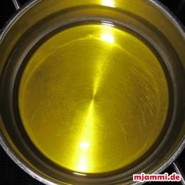 Das Öl in einem Topf warm machen.