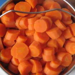 Die Möhren sind jetzt fertig und können dazu, genauso wie alle anderen Zutaten bis auf Petersilie und Joghurt. Kräftig durchrühren.