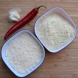 Rigatoni nach Packungsanweisung kochen. Die Knoblauchzehen pellen. Den Stiel der Chilie entfernen und wenn man es weniger scharf mag, auch die Kerne.