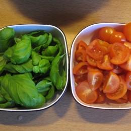 Den Rest der Tomaten halbieren und beiseite stellen.