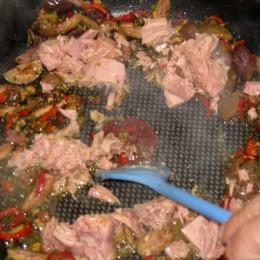Nach nocheinmal 2 Minuten den Thunfisch dazufügen und mit einem Löffel zerteilen.
