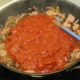 Zimt und Tomaten hineinrühren.