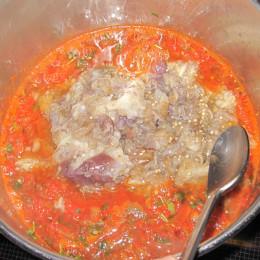 Αποσύρουμε την κατσαρόλα από την εστία και ανακατεύουμε με τον πολτό μελιτζάνας, ξύδι, τον χυμό λεμόνι, το ελαιόλαδο, και αφήνουμε να κρυώσει σε θερμοκρασία δωματίου.