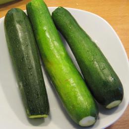 Zunächst die Zucchini waschen und kleinrebeln.