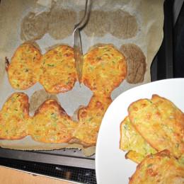 Im Ofen bei 180º C backen bis die Zucchinifladen etwas Farbe erhalten und leicht rötlich werden. Etwa für 20 Minuten bei Umluft.