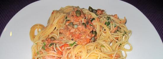 Saftige Spaghetti mit Thunfisch, Kapern und frischen Tomaten