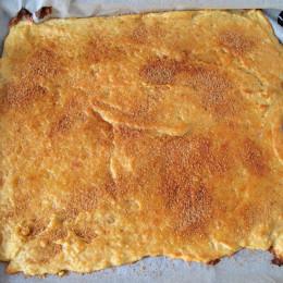 Τέλος αλείφουμε το γλυκό με λίγο βούτυρο και μοιράζουμε από πάνω το μείγμα ζάχαρης - κανέλας.