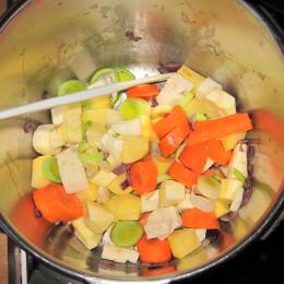 Zuerst das Gemüse für die Suppe schälen und würfeln. Dann die Zwiebel in einem EL Olivenöl im Schnellkochtopf anschwitzen. Das restliche Gemüse dazu geben und 5 Minuten anbraten lassen. Ein Liter Wasser dazuießen und den Schnellkochtopf schließen. Dann lässt man es auf Stufe 2 10 Minuten kochen.