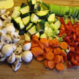 Währenddessen schnippelt man das Gemüse für die gebratene Einlage klein.