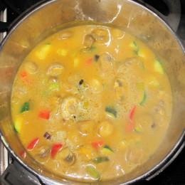 Dann nochmal 1 EL Olivenöl in eine Pfanne geben und erst die Frühlingszwiebeln anbraten, dann die Möhren und nach und nach alles andere dazu. Es soll noch bißfest bleiben. Wenn das fertig ist, gibt man das alles zu der Suppe dazu. Fertig! Guten Appetit!