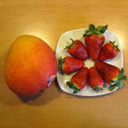 Mango und Erdbeeren schälen und in ca. 2 cm breite Würfel schneiden. Sojajoghurt und gepoppten Amaranth vermischen.