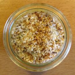 20 g Kokosflocken in einer Pfanne ohne Öl anbraten und noch einmal obendrüber streuen.