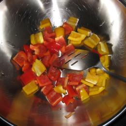 εσταίνουμε μια κουταλιά της σούπας λάδι στο βοκ και ανακατεύουμε σε υψηλή θερμοκρασία την πιπεριά.