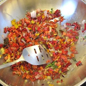 Τηγανίζουμε τα κλαδάκια του σέσκουλου, το κρεμμύδι και την πιπερόριζα με μία κουταλιά της σούπας ελαιόλαδο για περίπου 3 λεπτά.