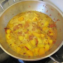 Anschließend die Kartoffeln und das Currypulver hinzufügen und wieder 2 min. anbraten. Mit Wasser, Kokosmilch, Gemüsebrühe ablöschen. Aufkochen und ca. 12-15 min. bei geschlossenem Deckel und bei leichter Hitze so lange köcheln lassen, bis die Kartoffeln fast gut sind.