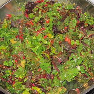 Προσθέτουμε τα φύλλα του σέσκουλου μέχρι να μαζευτούνε. Καρυκεύουμε με πιπέρι και αλατίζουμε.
