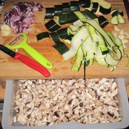 Champignons reinigen und miniklein würfeln. Zwiebeln und Knoblauchzehen ebenfalls miniklein würfeln.