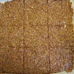 Έπειτα βγάζουμε τα ταψιά και κόβουμε την πίτα σε τετραγωνικά παξιμάδια.