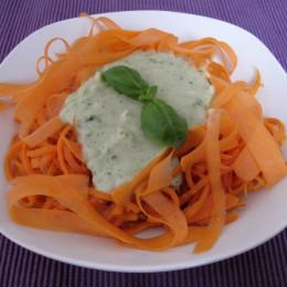Ανακατεύουμε τα καρότα με τα υπόλοιπα 10% φρέσκα καρότα και τα σερβίρουμε με την σάλτσα. Έτοιμα ! Καλή όρεξη !