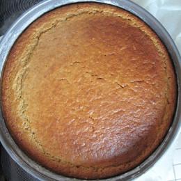 Bei 160° C mit Umluft im vorgeheizten Ofen 35 min. backen. (Achtung! Das ist nur ein Erfahrungswert. Vielleicht braucht Dein Kuchen länger oder kürzer. Deshalb hilft die Stäbchenprobe! Ist das Stäbchen nachdem man es in den Kuchen gesteckt und wieder herausgezogen hat, frei von Rückständen, ist der Kuchen fertig. )  Pinienkerne in einer Pfanne ohne Öl anrösten, abkühlen lassen, und zerkleinern (in Mixer oder von Hand) Mit gesiebtem Mehl, Zucker, Backpulver, Polenta, Orangeschalen mischen.