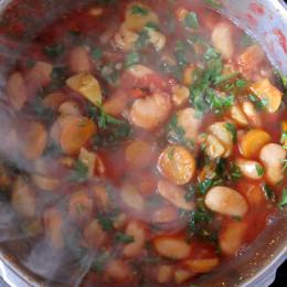 Den Schnellkochtopf schließen und etwa 40 Minuten kochen, das Ventil auf den zweiten Rang. (Für einen einfachen Topf sollte die Mischung länger kochen, ca. 2 Stunden.)