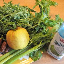 3 Selleriestangen, 100 g Rucola, 1 großer oder 2 kleine Äpfel, 1/2 Zitrone, 10 Datteln, 500 ml Kokoswasser