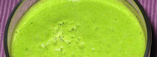 Grüner Smoothie mit Selerie, Rucola, Äpfeln und Datteln