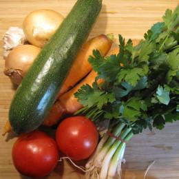 2 Zwiebeln, 4 Knoblauchzehen, 1 Zucchini, 2 Möhren, 2 Tomaten, Bd. Petersilie und 1 Bd. Frühlingszwiebeln