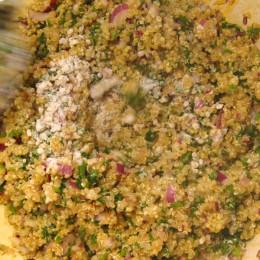Dann die gekochten Quinoa daruntergeben und das Johannisbrotkernmehl darüberstreuen und alles kräftig vermischen.