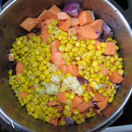 400g Kidneybohnen (hart oder 2 Dosen) 200g Mais 2 Süßkartoffeln in Würfeln 2 Zwiebeln in Würfeln 2 Knoblauchzehen in Würfeln 100 ml Kokosmilch 400 ml Gemüsebrühe. Alles kleinschnippeln und zusammen in einen Topf geben. 20min köcheln und ab und zu umrühren. Wenn gewünscht noch mit Salz und Chiliepulver abschmecken.