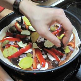 Dann die Pilze, Zwiebeln, Zucchini, Paprika, Pepperoni und die Oliven darauf verteilen.