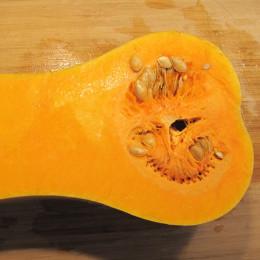 1/2 Butternusskürbis ausschälen und in 5 cm breite Würfel würfeln.