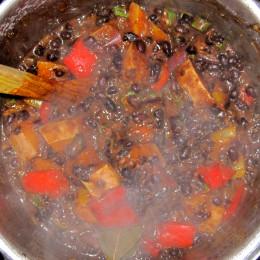 2 Dosen schwarze Bohnen dazugießen (oder 500g Bohnen selbstgekocht).
