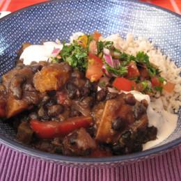 Jetzt das Ganze mit ein bißchen Reis, Soja- oder Cashewjoghurt einem großen Löffel von der Salsa anrichten.