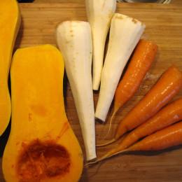 Zuerst wird der Kürbis, den Pastinaken und die Möhren in ca. 2 cm große Würfel geschnitten.