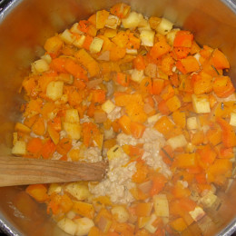 Die Gemüsewürfel aus dem Ofen dazugeben und unterrühren.