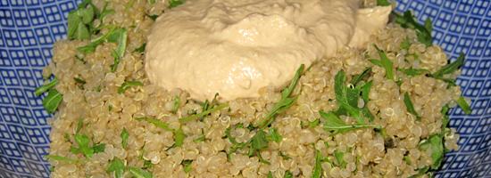 Rucola-Quinoa mit Humus