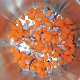 Die Zwiebel in kleinen Würfeln mit den Möhren, ebenfalls in Würfel geschnitten, anbraten. Wenn sie braun werden, mit kaltem Wasser ablöschen.