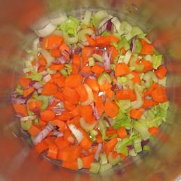 Danach kommen noch die in Würfel geschnittenen Selleriestangen und die abgespülten Linsen dazu.