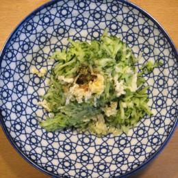 2 Zehen Koblauch kleinpressen. 1 TL Salz, Pfeffer, 1 Schuß Balsamico-Essig, 1 EL Olivenöl dazufügen.
