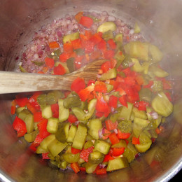 Die Paprika, Bohnen und die in Scheiben geschnittenen Gurken dazu geben.