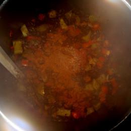 Den Saft von dem Glas saure Gurken beigießen. Tomatenmark  zufügen. Mit 1/2 Liter Gemüsebrühe übergießen. 2 TL Paprikapulver, 2 Prisen Pfeffer und 1 Prise Chayennepfeffer beimischen.
