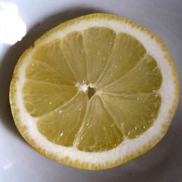 Cashews mit 50 ml Wasser, der Knoblauchzehe und einer Scheibe Zitrone in einem kleinen Mixer zu Cashew-Joghurt mixen.