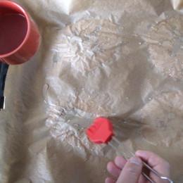 Dann nochmal das Backpapier, wo die Naans sind, mit Wasser bestreichen und das Backpapier abziehen.