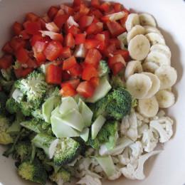 Alle Zutaten für den Salat in mundgerechte Stücke schnibbeln.