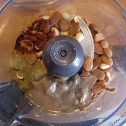 Alle Zutaten für das Walnuss-Hack in eine Küchenmaschine geben und mit der Pulse-Funktion zu einer stückigen Masse verarbeiten.