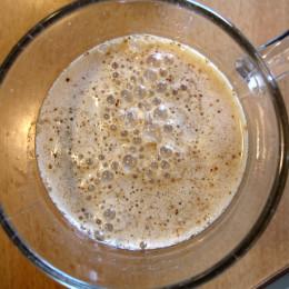 Dann einen löslichen Kaffee (ich nehm gerade immer Reishi-Kaffee - es geht aber auch löslicher Bohnenkaffee) in kaltem Wasser aufmixen.
