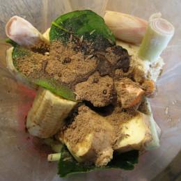 Ingwer, Zitronengras und Kaffirlimettenblätter waschen und in grobe Stücke teilen. Dann die Bananen, den Kurkuma, den Kreuzkümmel, den Koriander, den Limettensaft und die Tamari dazugeben ...
